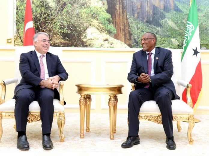 Turkey Ambassador Mehmet Yılmaz and Somaliland President Musa Bihi in Hargeisa